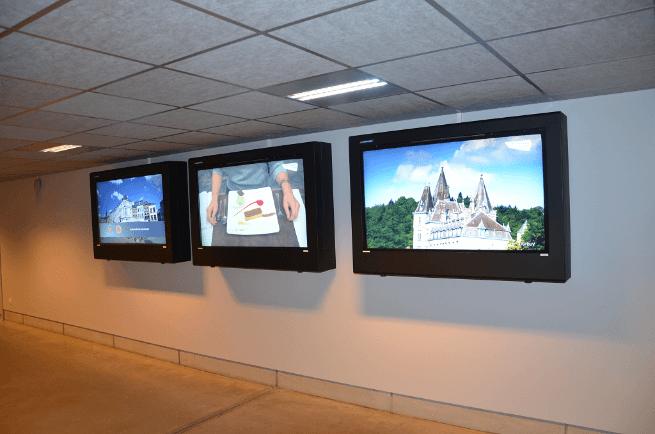 digital signage hotel lobby